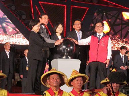 2019台灣燈會點燈,(左起)監察院長張博雅、立法院長蘇嘉全、總統蔡英文、縣長潘孟安及交通部次長黃玉霖。