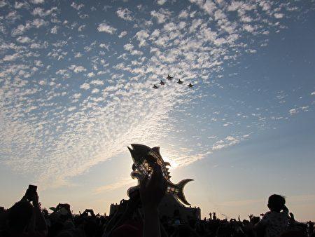 大鵬灣燈區2月19日下午5時正式點燈,由空軍戰機衝場,第一聯隊飛行員駕駛經國號戰機以五機大雁隊形,低空衝場呼嘯而過揭開序幕。
