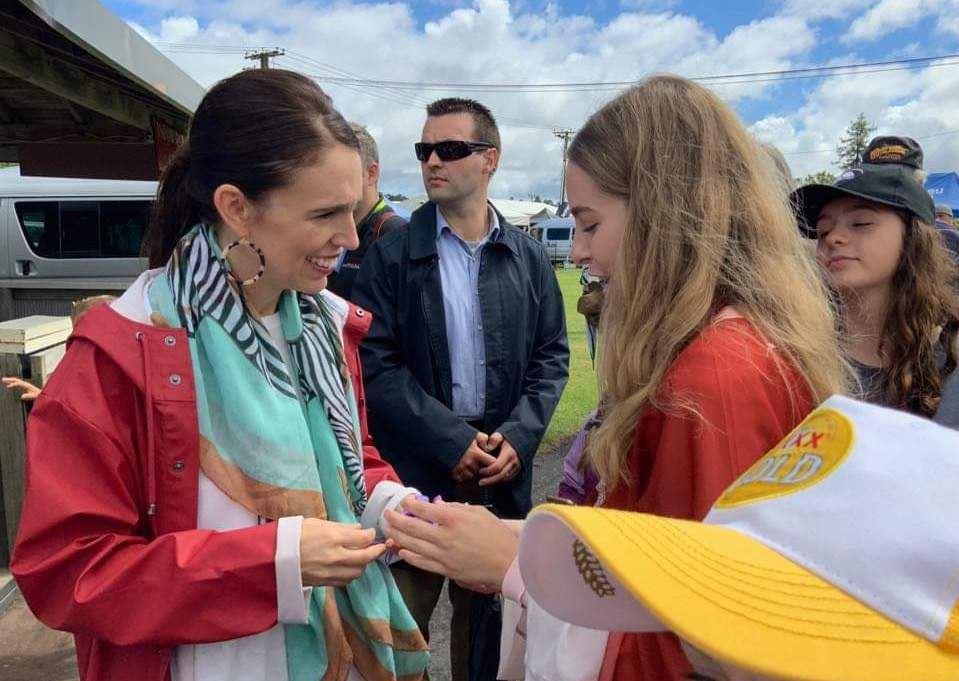 奧克蘭展覽會 總理接過法輪功學員的蓮花