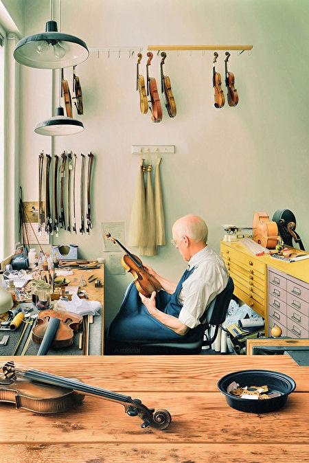 第4屆全世界寫實人物油畫大賽銅獎作品:Max Ferguso,《小提琴修理舖》,30 × 44英吋。(新唐人全世界寫實人物油畫大賽組委會提供)