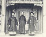 陈宝琛(右)与溥仪(中)、朱益籓合影。(公有领域)