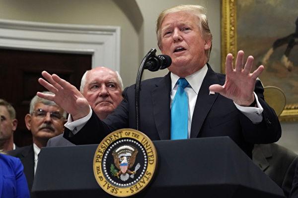 週四(5月23日),美國總統川普(特朗普)在白宮宣布對農民及牧場主提供160億美元援助方案時,對美中貿易關係及中美談判做了詳細的說明。