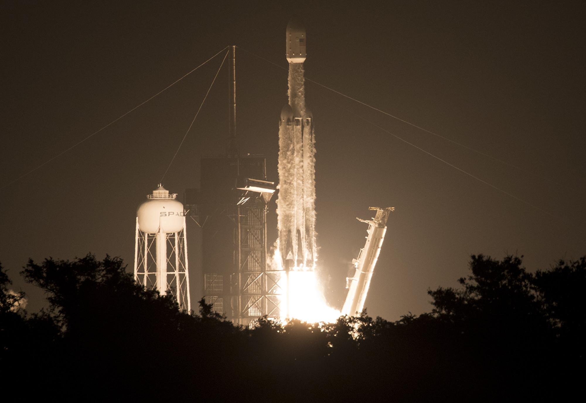 SpaceX獵鷹重型火箭送24顆衛星升空