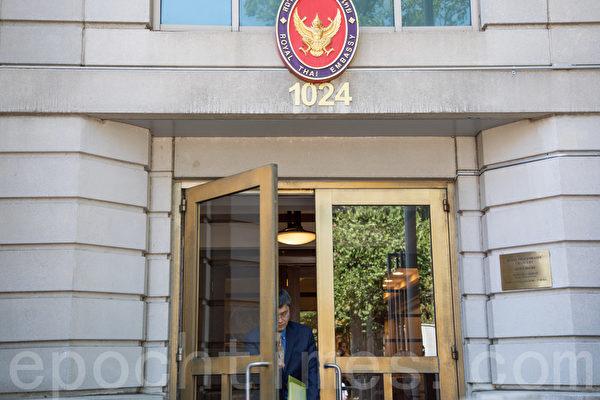 「希望之聲」發言人Frank Lee進入泰國大使館遞交訴求信。(林樂予/大紀元)