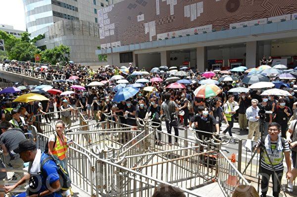 由於港府在6月20日下午 5 時「死線」前未回應示威者的訴求,學界及民間6月21日昇級抗議行動,包圍灣仔警察總部。(宋碧龍/大紀元)