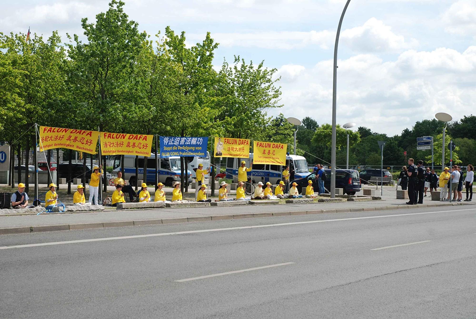 王岐山訪柏林 法輪功學員呼籲制止中共迫害