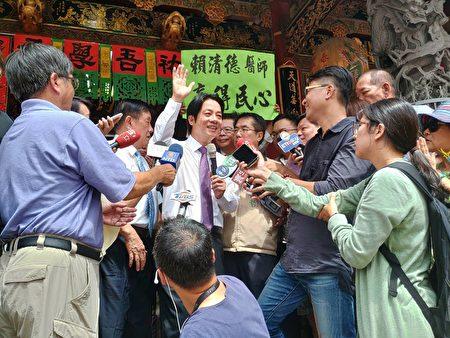 賴清德到台南首廟天壇參拜,喊話全黨團結支持蔡英文連任。(賴友容/大紀元)
