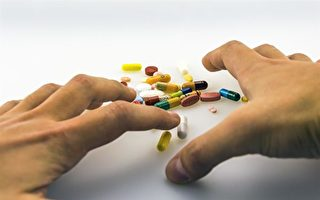 图:长期服用鸦片类止疼药物可导致病人产生耐药性,需要不断的加大药量才能维持其镇痛的效果,但是加大药量则会导致上瘾。(Pixabay)