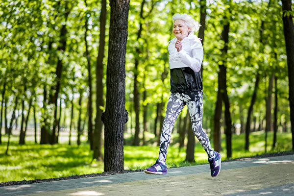 美國最高齡女子運動員——103歲老奶奶朱莉亞近日在全美高齡運動會上勇奪兩項冠軍。而她在步入百歲前幾乎沒跑過步。示意圖。(Olena Yakobchuk/shutterstock)