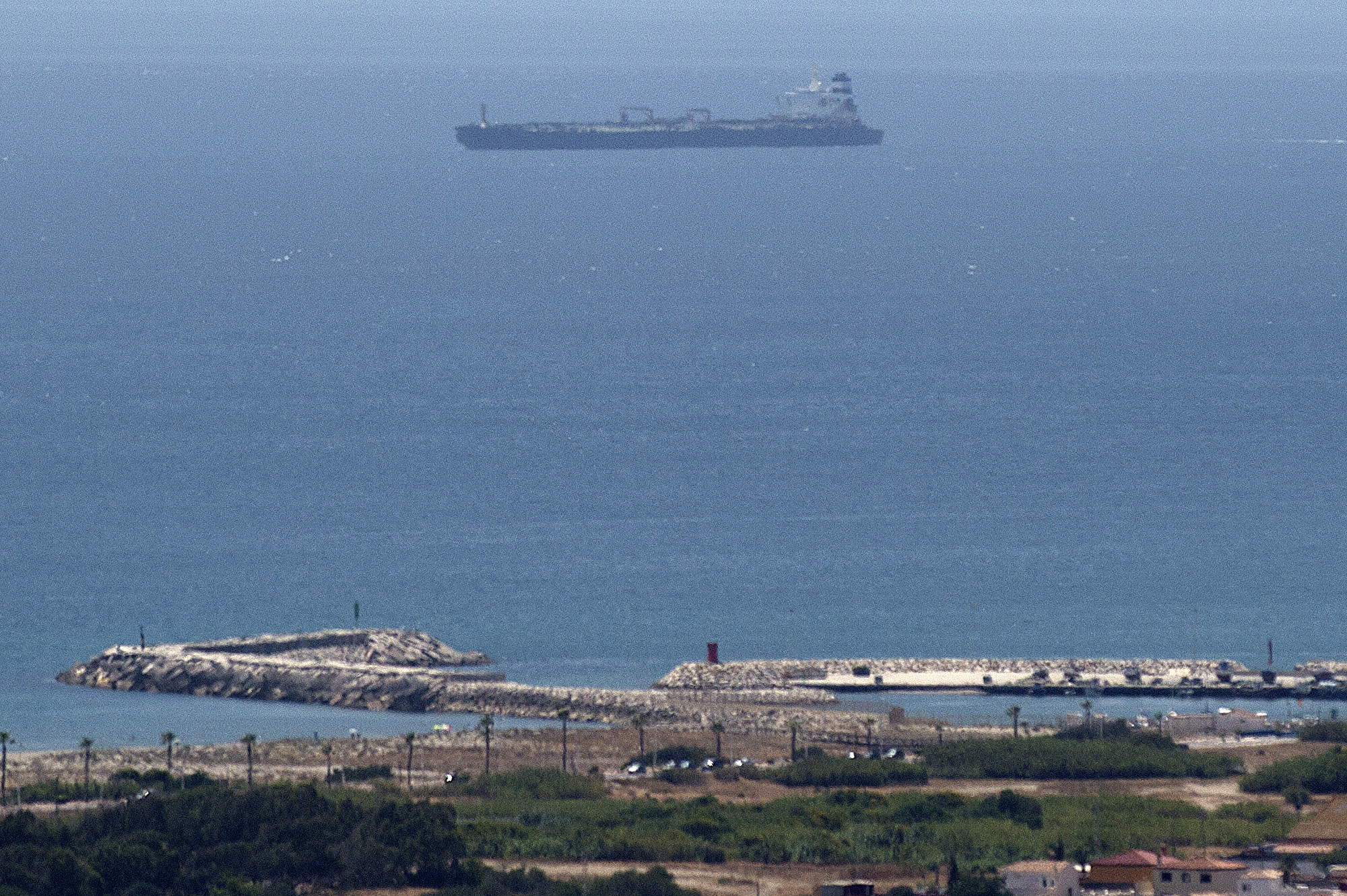 超級油輪「格雷斯1號」(Grace 1)涉嫌違反歐盟制裁,在直布羅陀被扣。(JORGE GUERRERO/AFP)