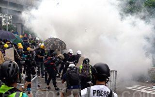 组图5:元朗警方施放催泪弹驱散人群