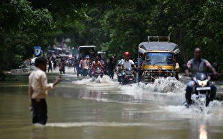 印度等南亚三国洪水 300多人遇难