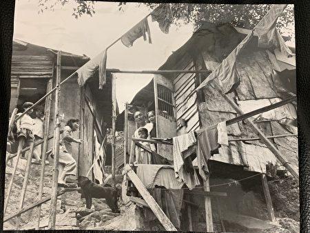 這張1961年4月2日的新聞圖片下寫道:來自紅色中國的難民們認為他們很幸運,即使他們棲息在山邊這樣的小屋中。(大紀元資料圖)
