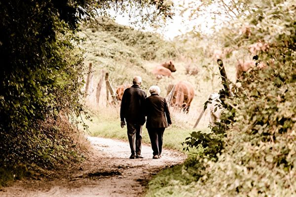 由於懶政,大陸退休老人每年需自行向政府認證一次,證明自己「還活著」,才能按時收到養老金。(Pixabay.com)
