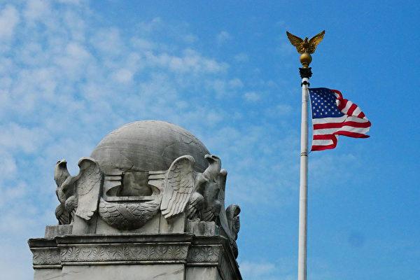 美國國旗和美國國鳥雕塑。(李辰/大紀元)