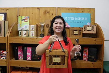 芬芳園主人何芬芳說,黃金咖啡葉茶包裝整組適合送禮。