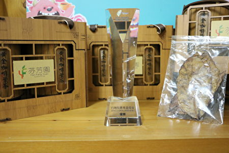 右邊咖啡葉茶4片重量是1克,泡500CC,可泡3次,1500CC足够一人一天的飲水量,省力又省錢。