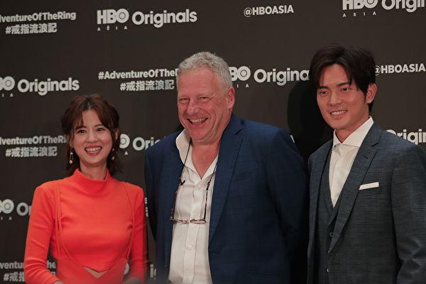 《戒指流浪记》(左起)女主角林予晞、HBO Asia执行长施鹏骔、男主角宥胜