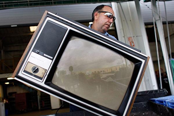 美国怪男戴电视面具四处送电视 镜头全都录