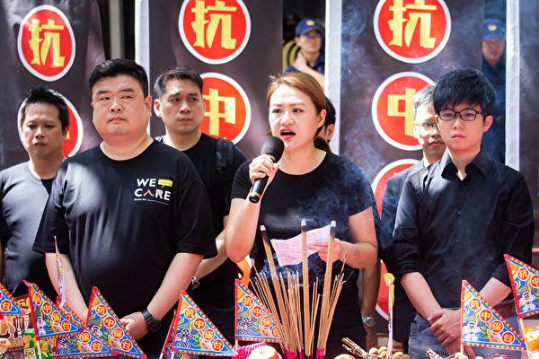 踩紅媒社團發起人、高雄市議員高閔琳(前中)8月15日表示,若台灣再不遏止紅媒的誇張行徑,台灣將成為下一個「一國兩制」的受害者。(陳柏州/大紀元)