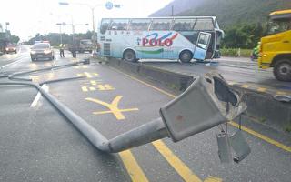 利奇馬強颱逼近花蓮遊覽車撞電線桿10人送醫