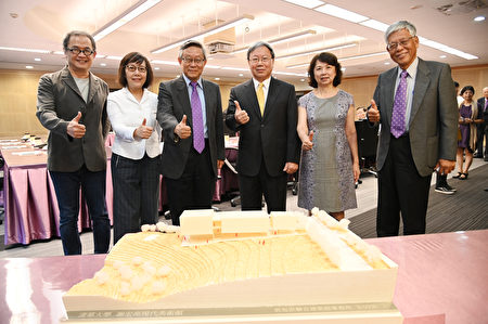 左起建筑师郭旭原及黄惠美、贺陈弘、谢宏亮及夫人、清华大学副校长周怀朴。