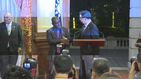 索羅門外長馬內列(左)與中華民國外長吳釗燮9日同框,共同對外回應兩國外交正常,並握手顯示好交情。