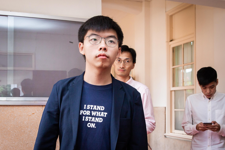 香港眾志秘書長黃之鋒(前)5日表示,林鄭月娥是「非常愛作秀的政治人物」,撤回條例只是以退為進,所以他們堅持「五大訴求,缺一不可」,示威活動會持續。 (陳柏州/大紀元)