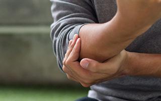 網球肘的症狀是手肘痛、抓握困難,如何緩解疼痛?(Shutterstock)
