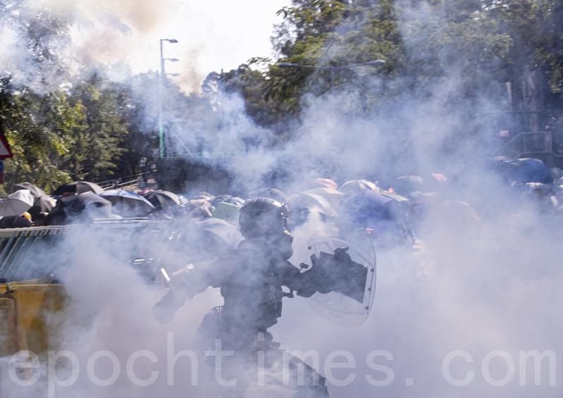 【11.11三罷反暴政組圖】中大學生死守校門阻港警 現場如戰場