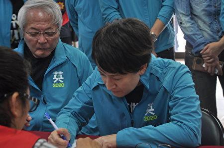 花蓮縣現任立委蕭美琴(右)20日早上由總統府國策顧問盧博基(左)等人陪同前往選委會登記參選立委。