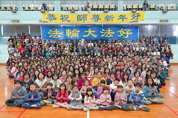 高雄法輪功學員恭祝李大師新年快樂。(明慧網)