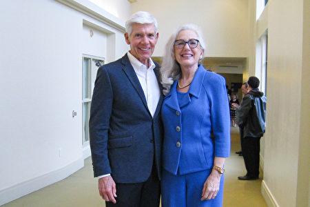 2020年1月20日下午企業高管培訓公司老闆Elizabeth Fried博士(右)和朋友David Sheffield先生觀看了神韻環球藝術團在聖地牙哥北部埃斯孔迪多市(Escondido)加州藝術中心(California Center for the Arts)的演出。(方圓/大紀元)