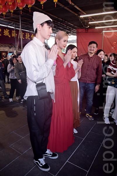 歐銻銻娛樂自製戲《墜愛》拜月老求好姻緣媒體採訪