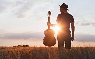 美國歌手在台上唱到一半突然道歉 隨即猝死