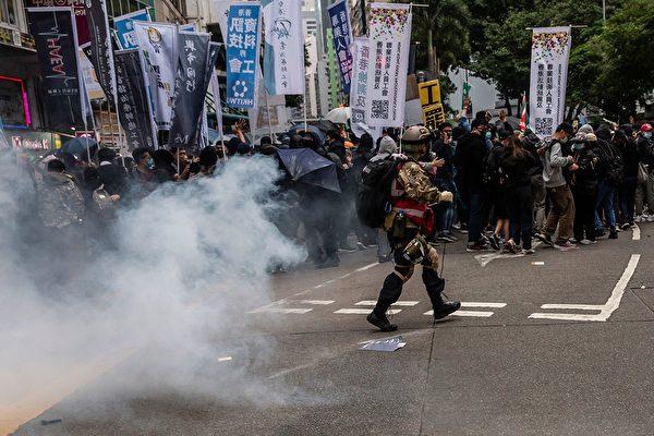 1月1日,港人元旦游行中,防暴警察发射催泪弹。( ISAAC LAWRENCE/AFP via Getty Images)