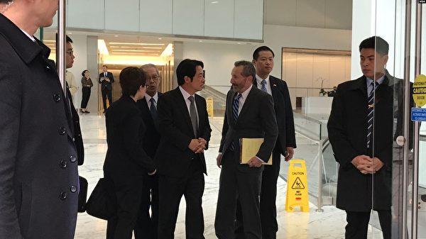 在維安人員保護下,中華民國候任副總統賴清德(右4)2月7日在哈德遜研究所座談會後與前美國國防部副助理部長克洛普西(右3)交談。(美國之音)