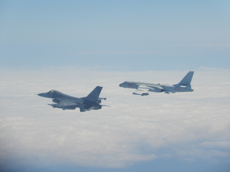 2月9日中共軍機越過台海中線,台灣國軍F-16戰機(左)則緊急起飛監控伴飛。(台灣國防部提供)
