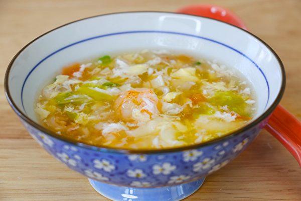 【美食天堂】虾仁蔬菜蛋花汤食谱~简单美味赞不绝口!