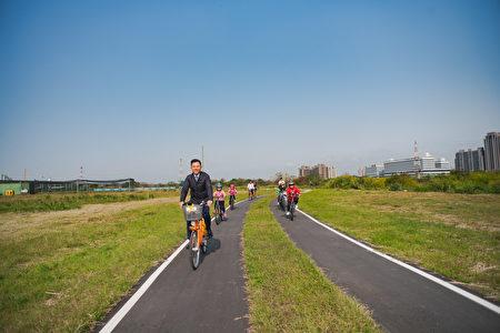 林智坚市长今日也骑着YouBike体验全新的自行车道,从左岸棒球场骑到国道1号前的临水观景平台。