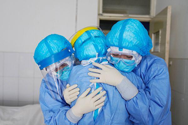 面對中共肺炎(武漢肺炎)疫情,保護、善待、善用醫護人員,是拯救更多病人的關鍵。(STR/AFP via Getty Images)