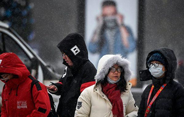 圖為2020年1月29日,莫斯科街頭的遊客。(ALEXANDER NEMENOV/AFP via Getty Images)