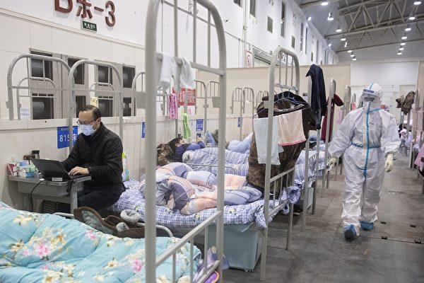 把病人放到方舱医院里去,容易使人们互相感染,且不利于健康休息。(STR/Getty Images)