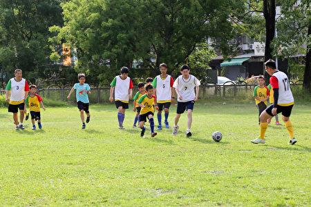 因为足球先天的平等性,自然地让孩子们跟Q联盟因球而聚会在一起,每个人的目标都一样,就是专注的踢球、进球,球场的时光没有心灵与社会的负荷,也没有正常与否的差异。