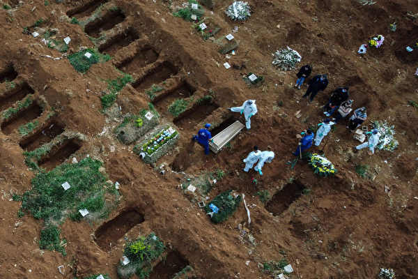 Aerial picture showing the burrial of an alleged COVID-19 victim at the Vila Formosa Cemetery, in the outskirts of Sao Paulo, Brazil on May 22, 2020. - Brazil raised its record number of coronavirus deaths over to 20.000, as the pandemic that has swept across the world begins to hit Latin America with its full force. (Photo by NELSON ALMEIDA / AFP) (Photo by NELSON ALMEIDA/AFP via Getty Images)