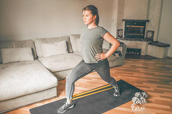 在家防疫期间,可通过居家健身训练提升免疫力。(Shutterstock)