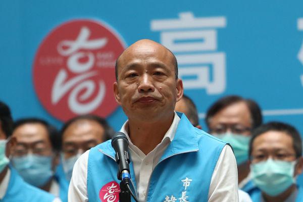 高雄市長韓國瑜(前)罷免案6日傍晚結果底定,同意票遙遙領先,韓國瑜確定遭罷免,傍晚他面色凝重,率市府團隊舉行記者會,向2018年投票給他的選民一鞠躬。(中央社)