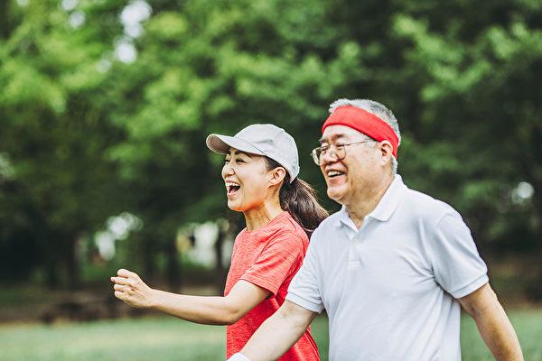 散步依然是治疗失智症的最佳良药。(Shutterstock)