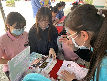 三年級的彭敏雯(左2)同學本想要繼續升學,與同班同學有意跟東元醫院簽約,參加教育部「展翅計畫」。