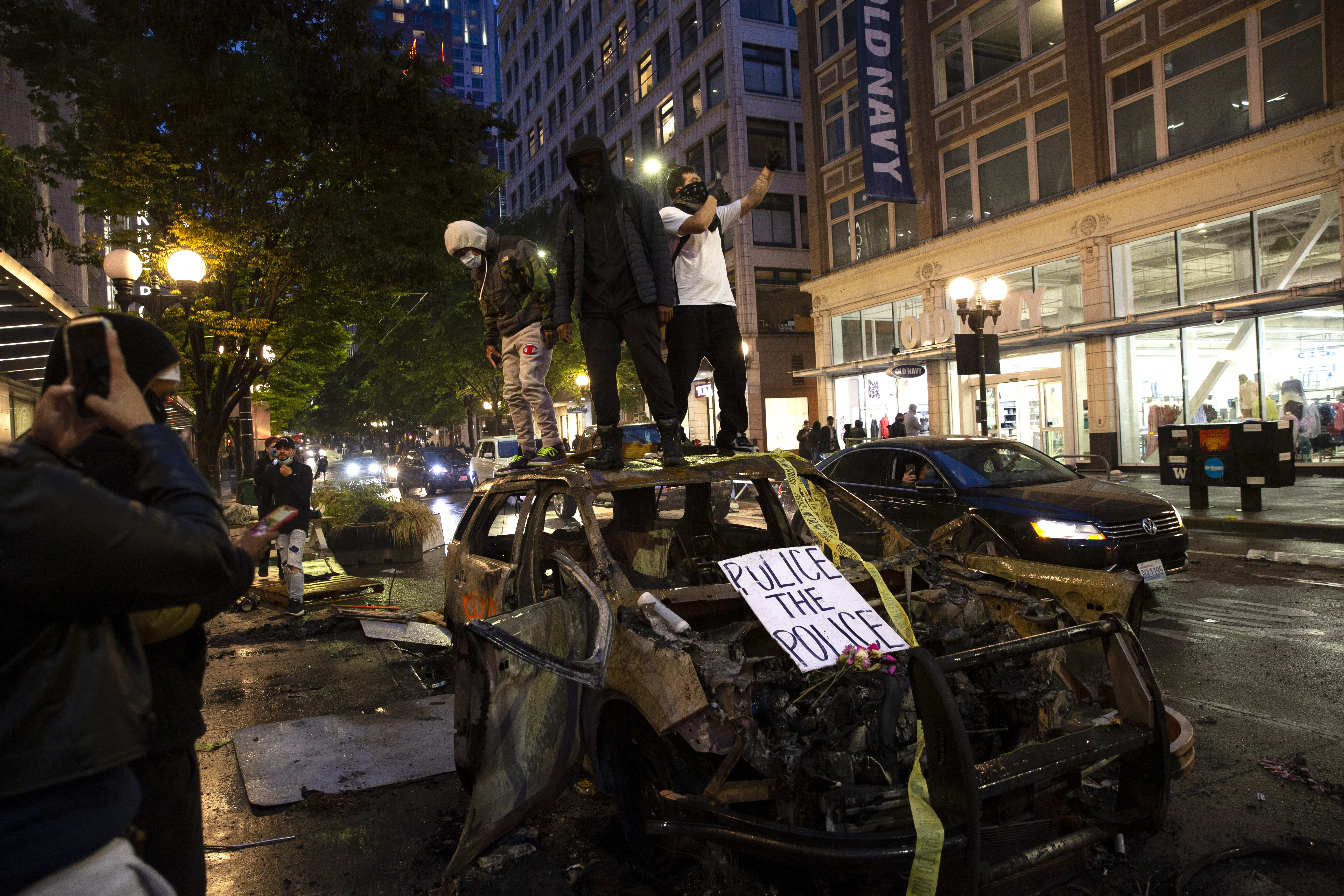 圖為2020年5月30日在華盛頓州西雅圖市,部份示威者在一場和平集會結束後在街頭暴動,表達對明州黑人喬治·弗洛伊德之死的憤怒。(Karen Ducey/Getty Images)